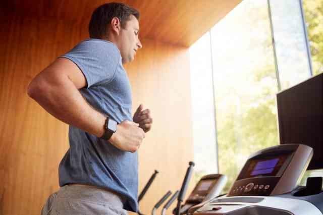 ウォーキングマシンで体力づくりする男性