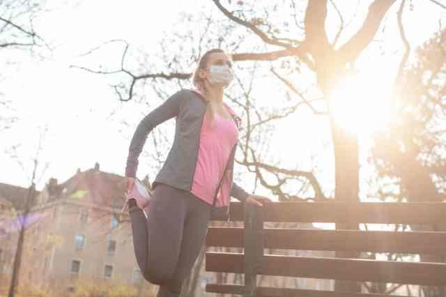 スポーツマスクを装着する女性