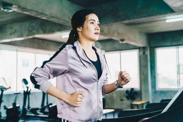 ウォーキングマシンでダイエットする女性