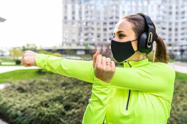 スポーツマスクを着用する女性