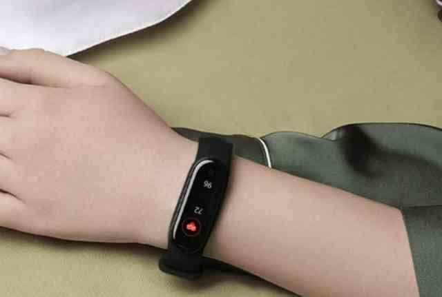 腕に心拍計を装着する人の手