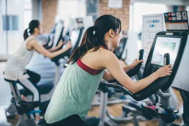 ダイエットのためにエアロバイクを頑張る女性