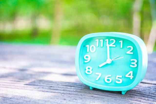 朝の時間帯を示す時計