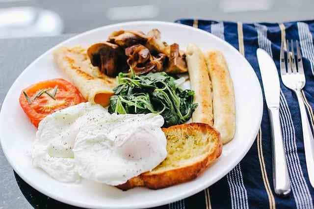 テーブル上に置かれた朝食