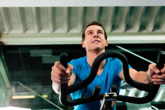 スピンバイクでトレーニングをする男性