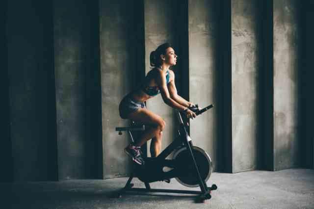 スピンバイクでダイエットをする女性