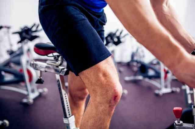 スピンバイクで下半身を鍛える男性