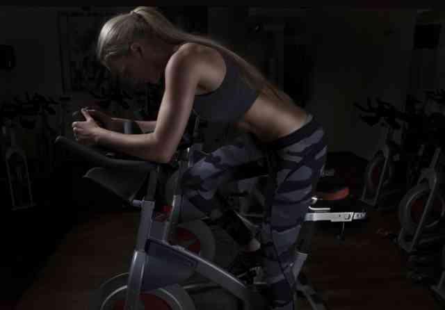 エアロバイクダイエットに失敗した女性