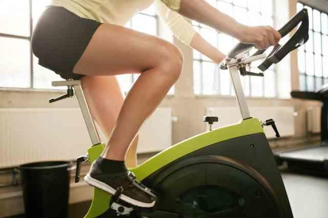 ダイエットのためにエアロバイクを漕ぐ人