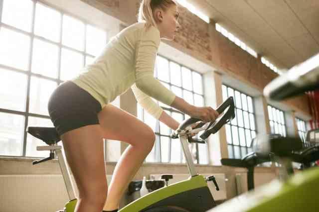 エアロバイクダイエットに取り組む女性
