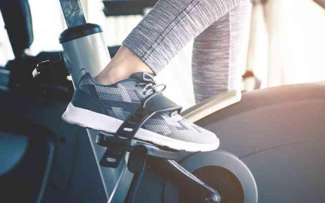 エアロバイクのペダルを漕ぐ人の足