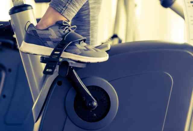 エアロバイクのペダルを漕ぐ足
