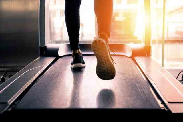 ルームランナーで運動する人