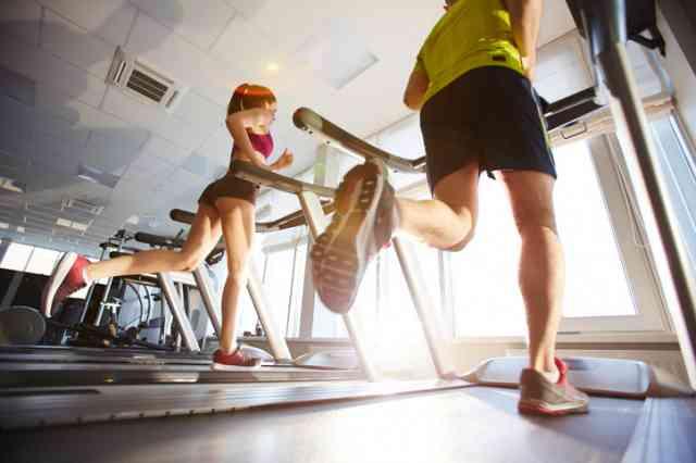 ルームランナーを走る男性と女性