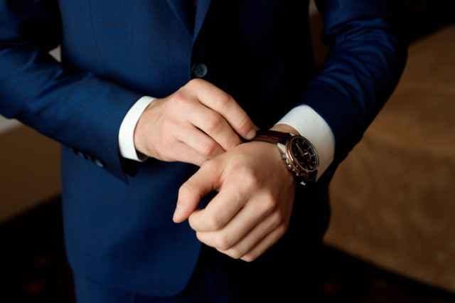 腕時計を装着する男性
