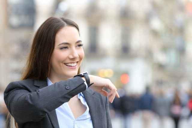 スマートウォッチで通話をする女性