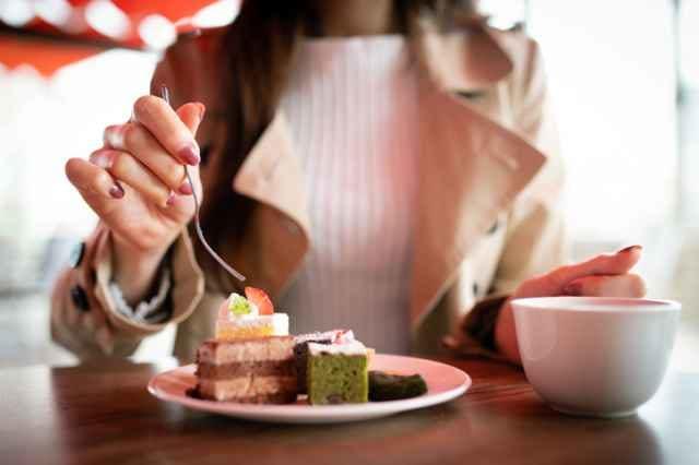 カフェで飲食する女性