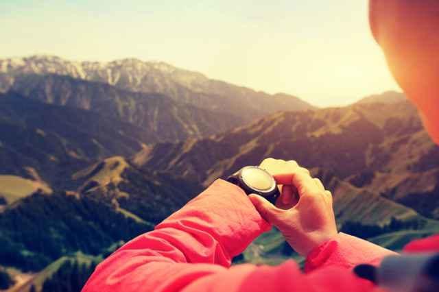 登山中にスポーツウォッチを操作する人